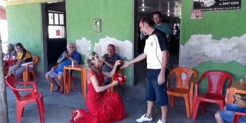 Mulher surpreende e vai a bar pedir marido em casamento