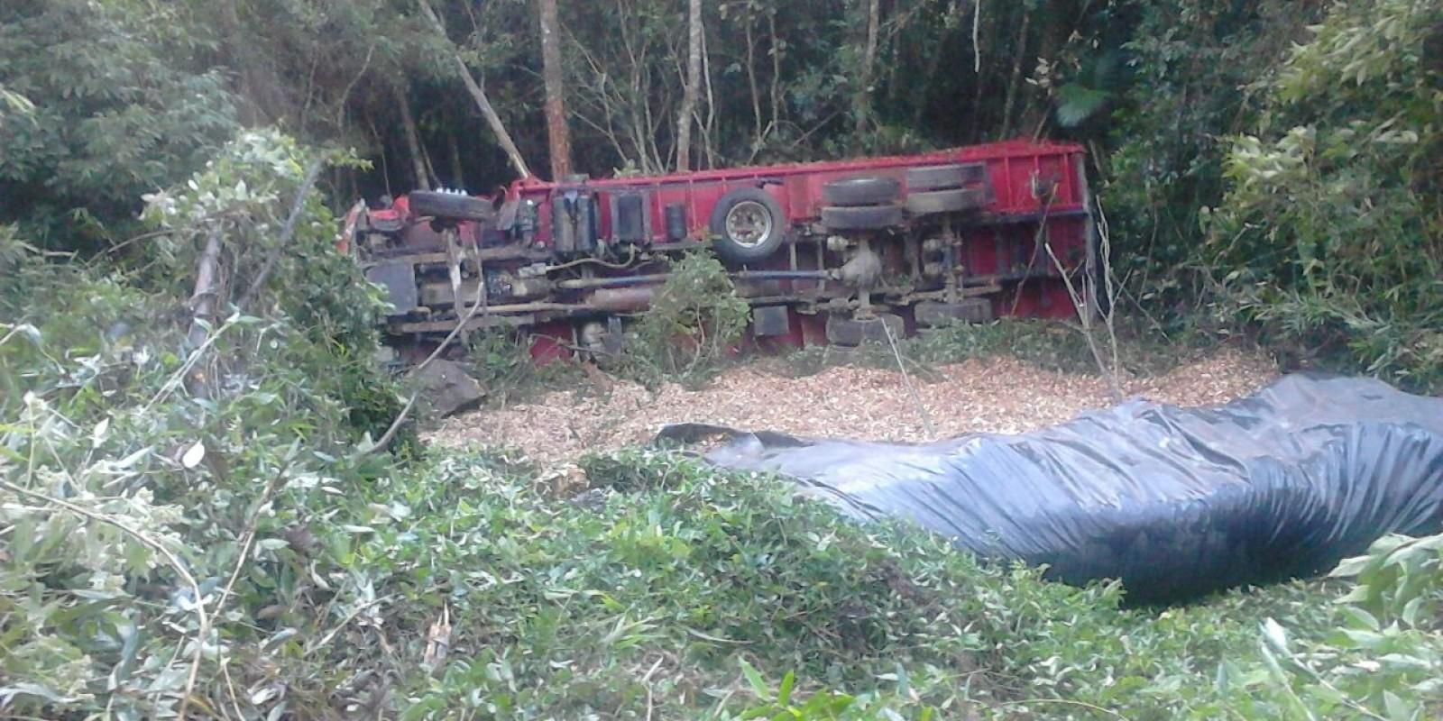 Caminhão cai e motorista fica 14h45m no local até ser encontrado com suspeita de fratura