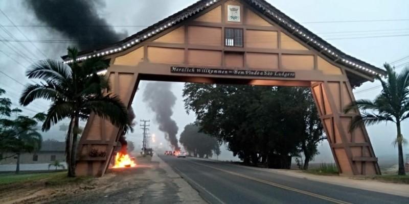 Bloqueio para caminhões está ocorrendo no portal de São Ludgero