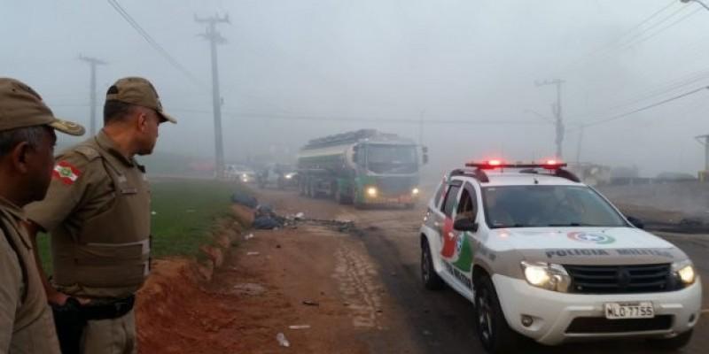 PM desbloqueia via para garantir saída de caminhões com combustível em Biguaçu