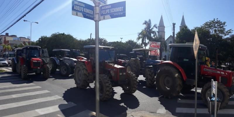 Tratoristas do Pinheral estão em bloqueio na Avenida Felipe Schmidt