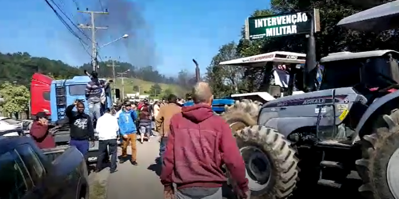 Vídeo: Tratoristas se juntam a caminhoneiros e interditam completamente a SC-108
