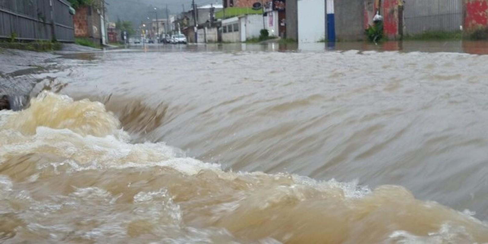 Defesa Civil alerta para ondas de até quatro metros e risco de alagamento em SC