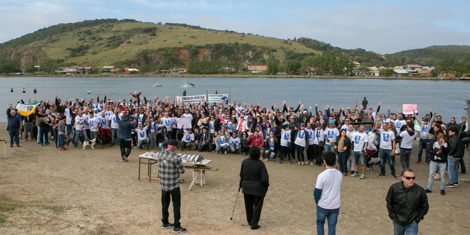 Em ato contra pesca com redes clandestinas em Laguna, botos