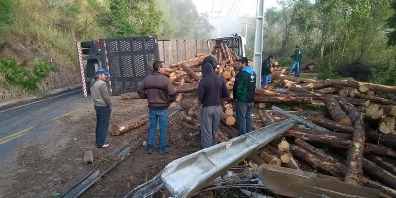 Carreta tomba e bloqueia Rodovia em Armazém