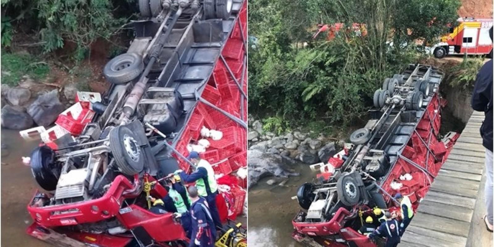 Caminhão tomba em ponte e motorista ficapreso nas ferragens,em Anitápolis