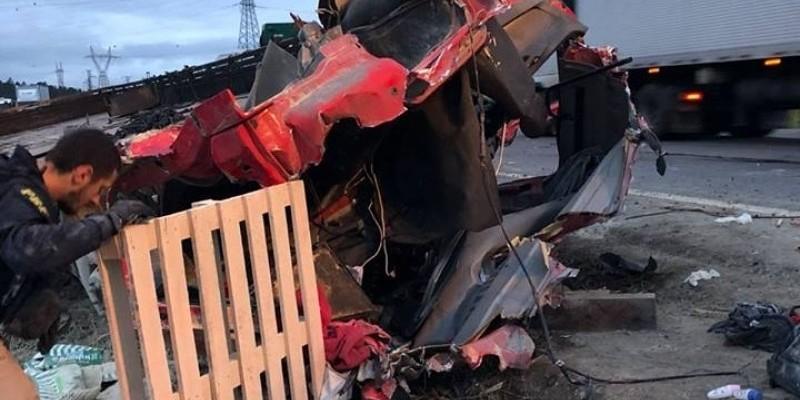 Acidente entre dois caminhões resulta em morte, na BR-101