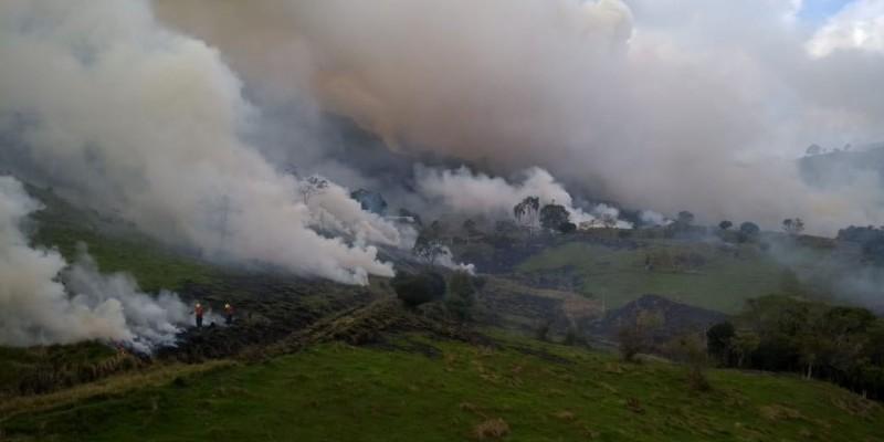 Incêndio: Bombeiros são chamados para auxiliar em incêndio em vegetação
