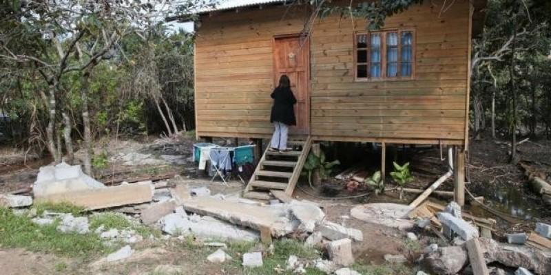Prefeitura derruba casas e bares em praias da Capital