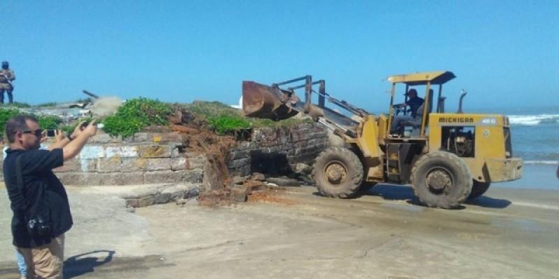 Retirada de muro revolta pescadores em Laguna