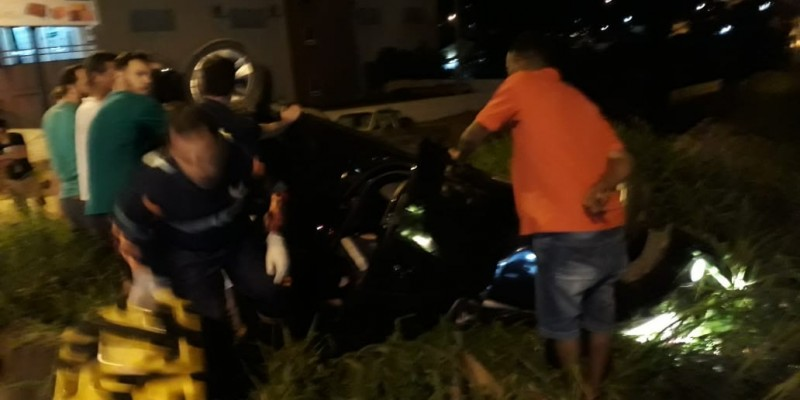 Capotamento em Braço do Norte deixa casal ferido