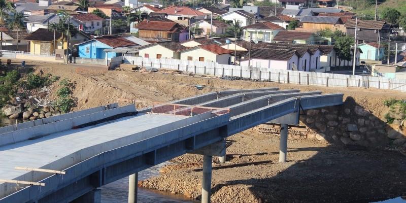 Construção da segunda ponte: Trabalhos seguem com o transporte e içamento das pré-lajes