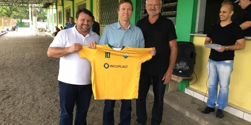Deputado eleito, Volnei Weber recebe homenagem de equipe de futebol