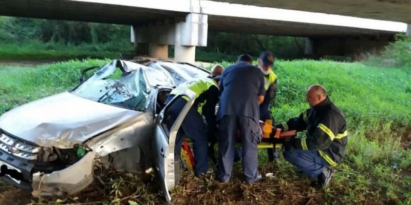 Veículo capota na BR-101 e motorista é socorrido em estado grave