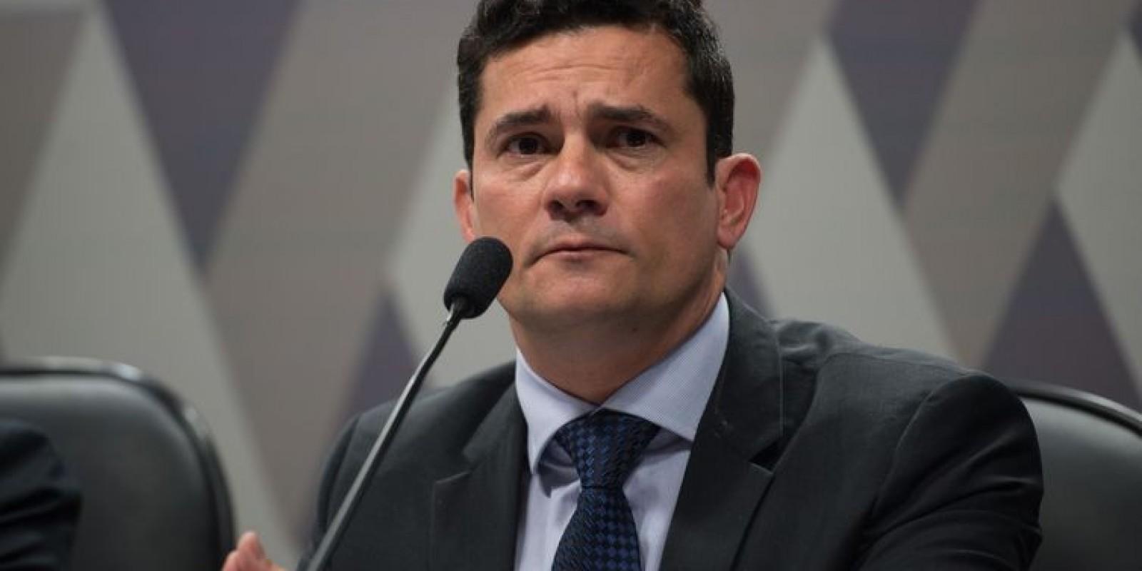 Bolsonaro conversa com Moro para que assuma o Ministério da Justiça