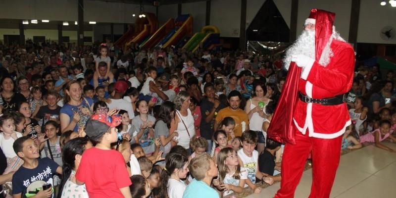 Crianças fizeram a festa em São Ludgero com a chegada do Papai Noel