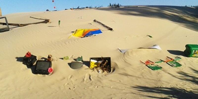 Morador recolhe lixo deixado em praias da região