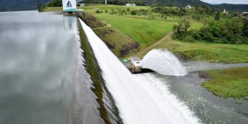 Rompimento de adutora interrompe abastecimento de água em seis cidades