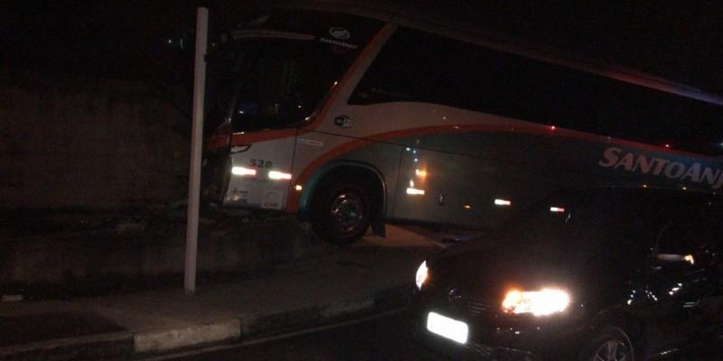 Urgente: Colisão entre carro e ônibus deixa 12 feridos na Via Rápida em Criciúma