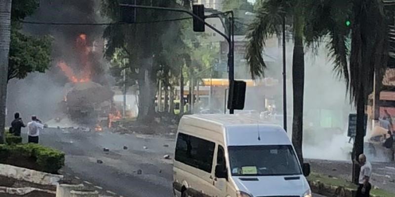 Vídeos: Carreta pega fogo ao bater em canteiro e atingir dois carros; uma pessoa morreu