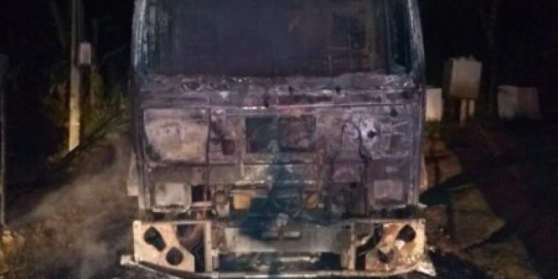 Caminhão da coleta de lixo é destruído por incêndio em Orleans