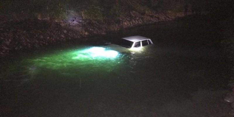 Motorista foge e carro cai em rio