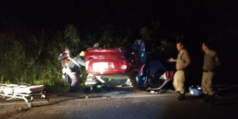 Motorista perde o controle da direção e capota carro em Imaruí