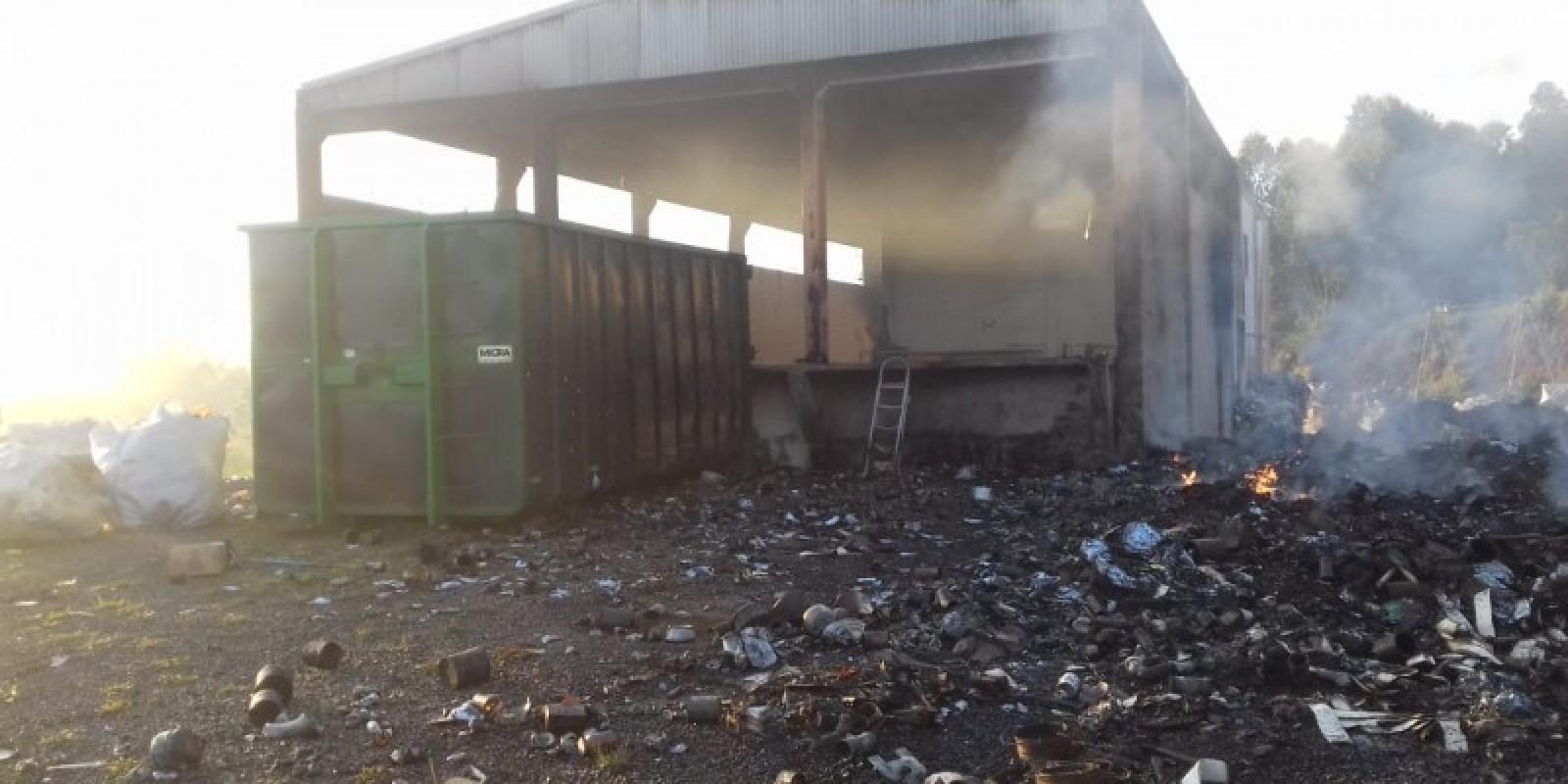 Pavilhão utilizado para reciclagem é atingido por incêndio em Içara