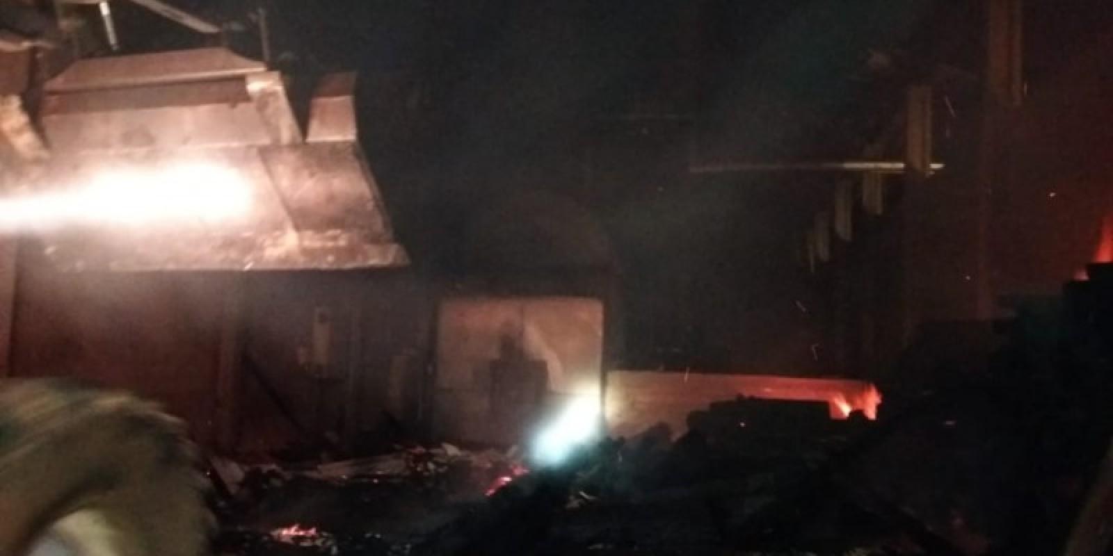 Incêndio atinge galpão em Braço do Norte