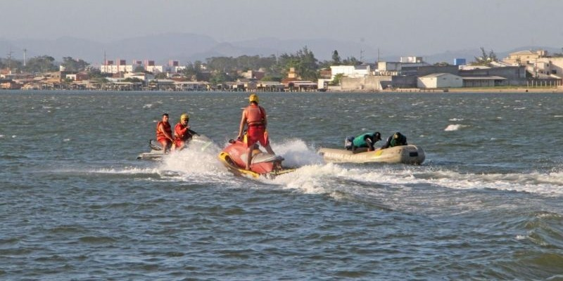 Bombeiros seguem buscas por jovem desaparecido em lagoa