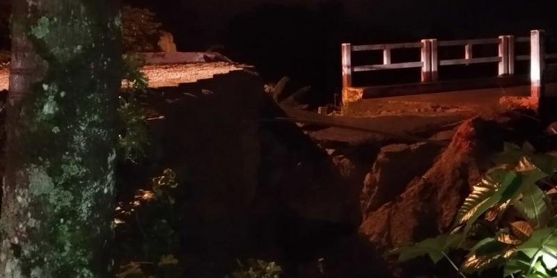 Cabeceira de ponte cai após fortes chuvas em Armazém