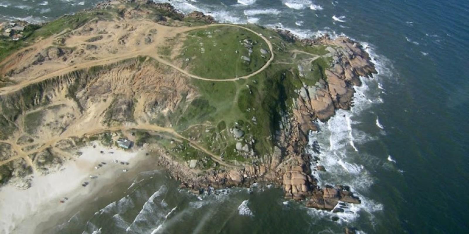 Casal cai no costão de pedras na praia do Gi na noite desta quarta-feira