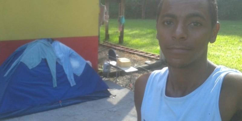 Jovem fica em barraca para estudar em Orleans