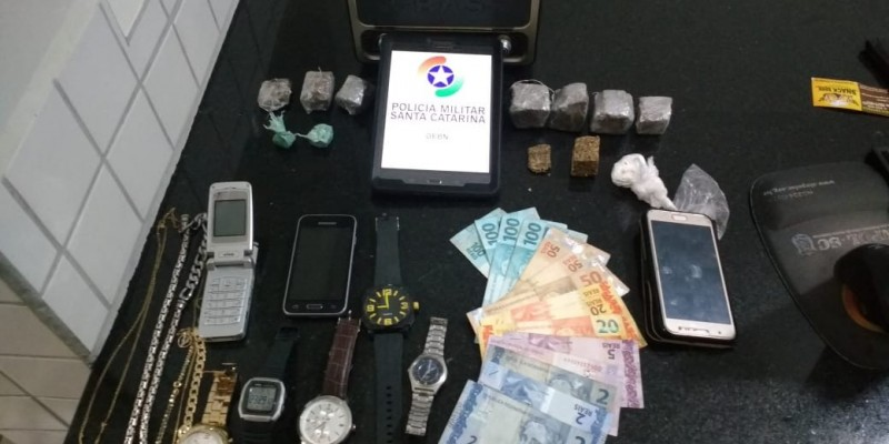 PM prende em flagrante homem por tráfico de drogas, em Gravatal