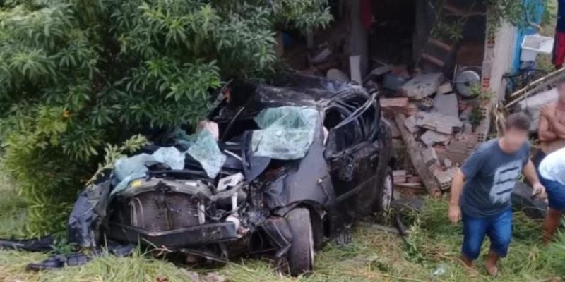 Veículo invade casa em Itapirubá