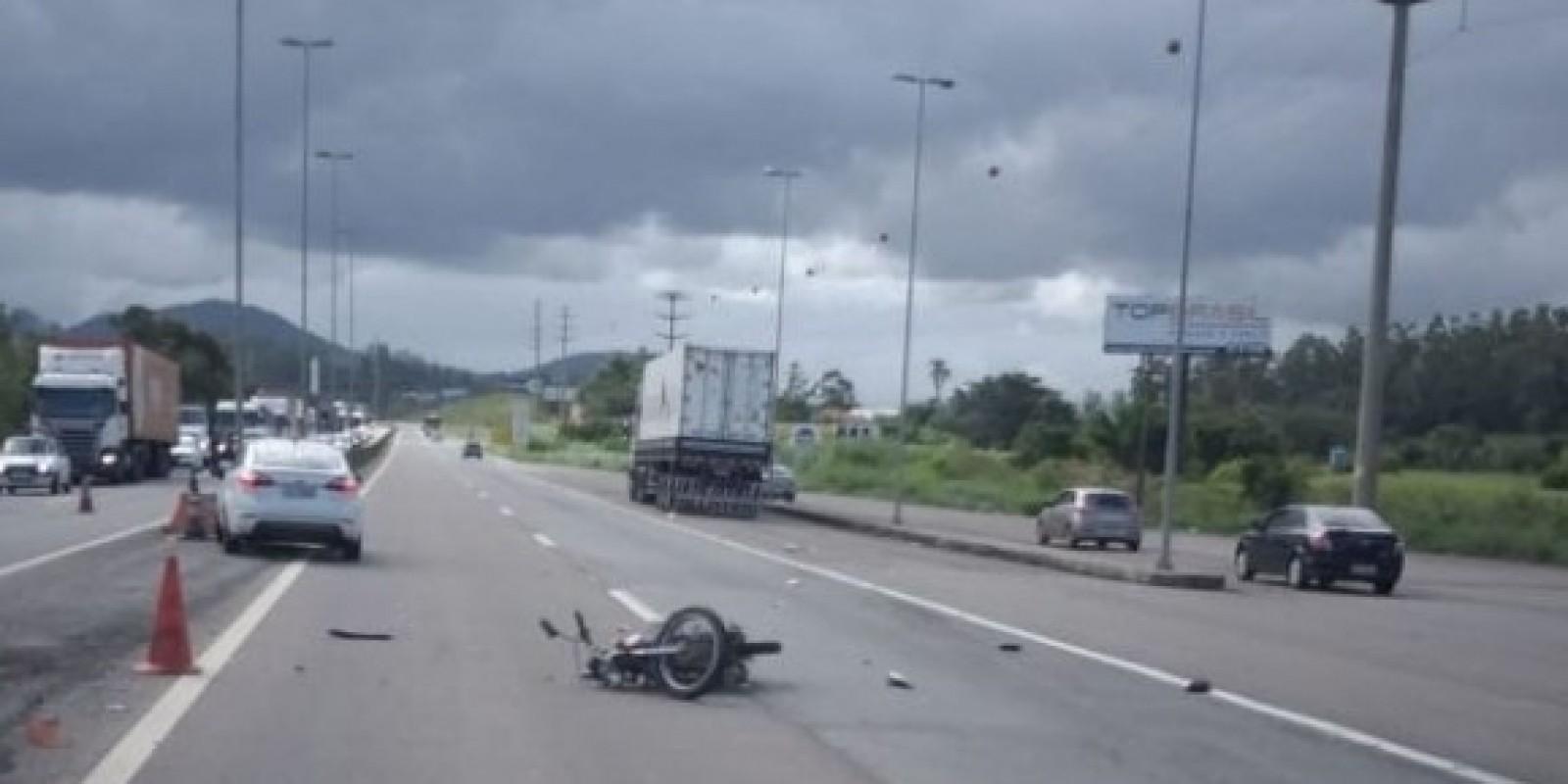 Motociclista morre após colisão com carreta na BR-101, em Tubarão