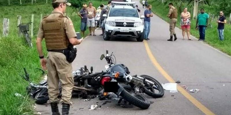 Colisão frontal entre motos deixa duas pessoas feridas