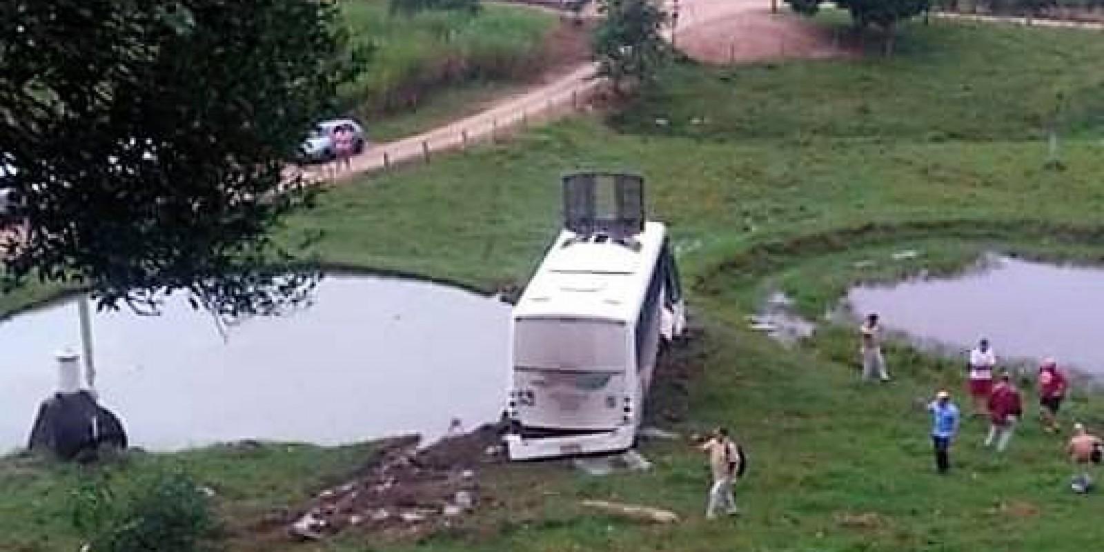 Ônibus cai em ribanceira na SC-390, em Orleans