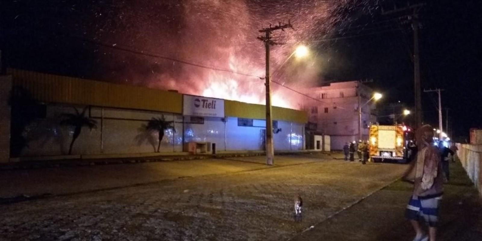 Incêndio atinge depósito do Tieli Supermercados em Laguna