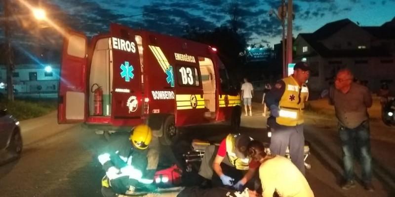 Motocicleta atropela cão na rua e ocupantes ficam feridos em Termas do Gravatal