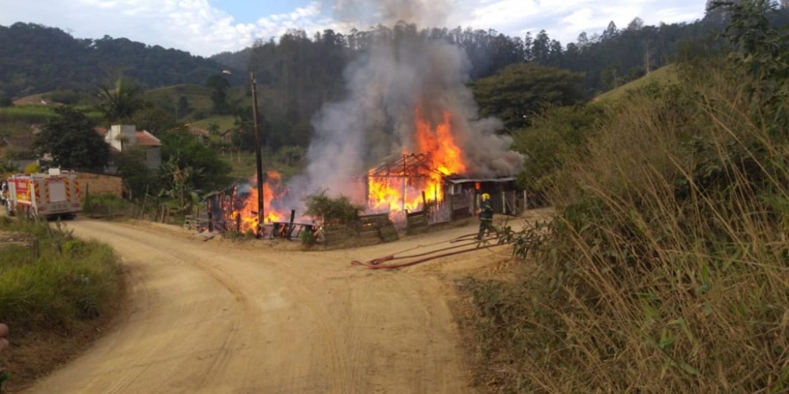 Duas casas são destruídas por incêndio em Braço do Norte