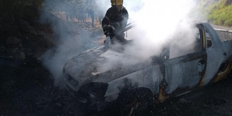 Após colisão, veículo é destruído por incêndio em Tubarão