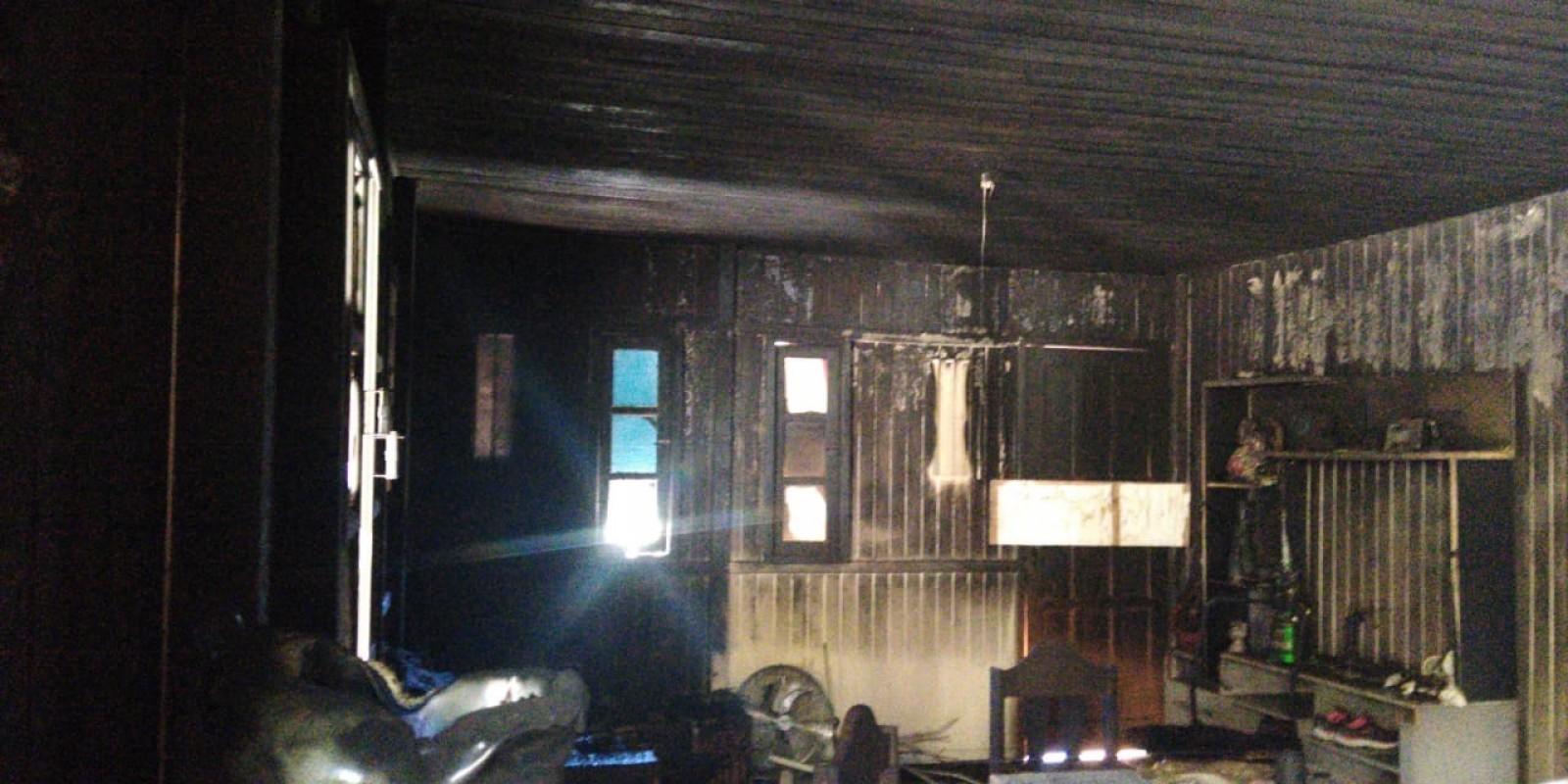 Casal perde tudo em incêndio, esperam pela primeira filha e SAMU de BN faz campanha para ajuda-los.