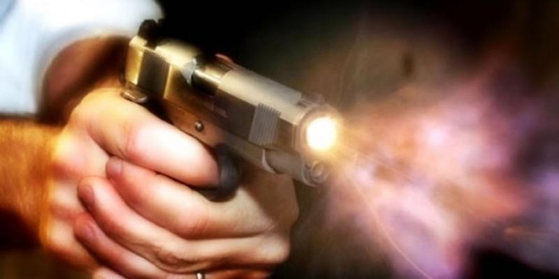 Homem agride mulher e realiza três disparos de arma de fogo em sua residência