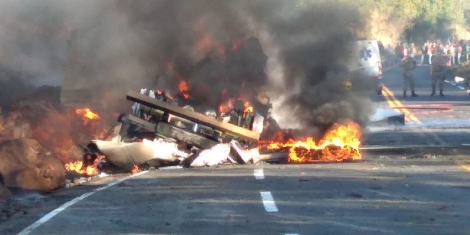 Vídeo: carreta carregada com combustível tomba e pega fogo em Coronel Freitas. Uma pessoa morreu