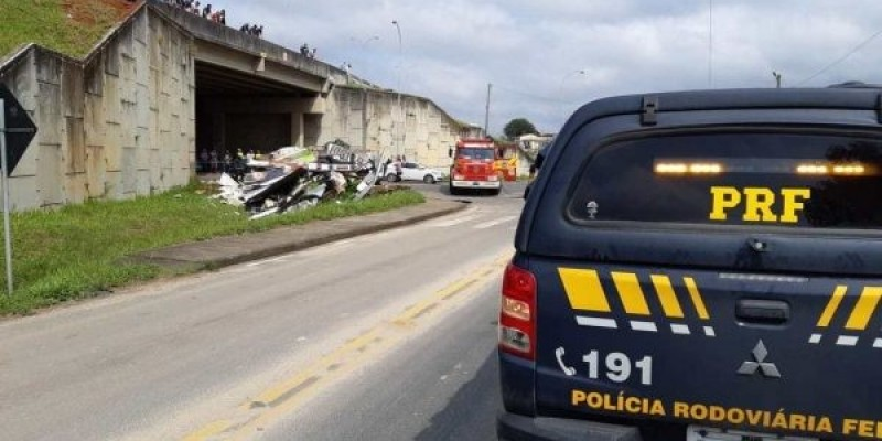 Caminhão cai de viaduto no acesso a Morro da Fumaça