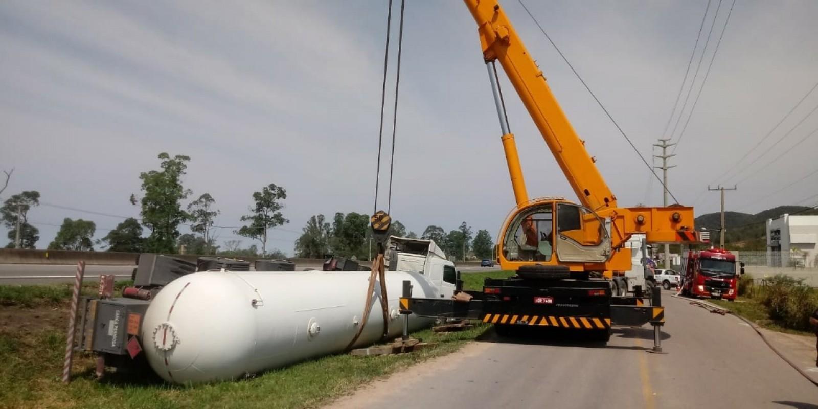 Caminhão com carga perigosa tomba em Tubarão e área de 500 metros teve que ser isolada