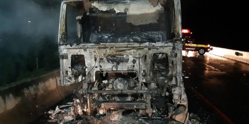 Carreta com 23 toneladas de carne fica destruída em incêndio no Litoral Norte catarinense