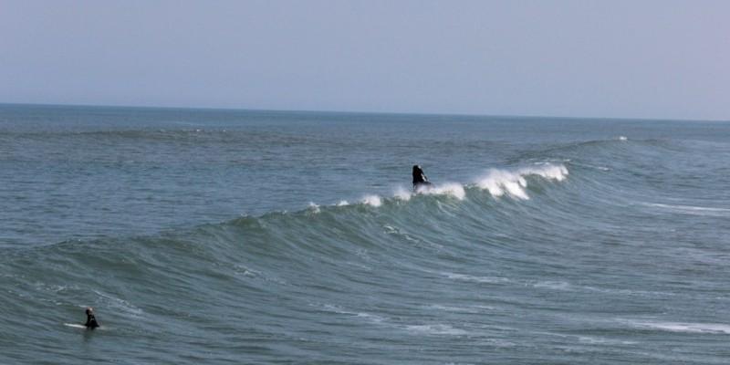 Surfista é resgatado após ficar cerca de 30 minutos à deriva