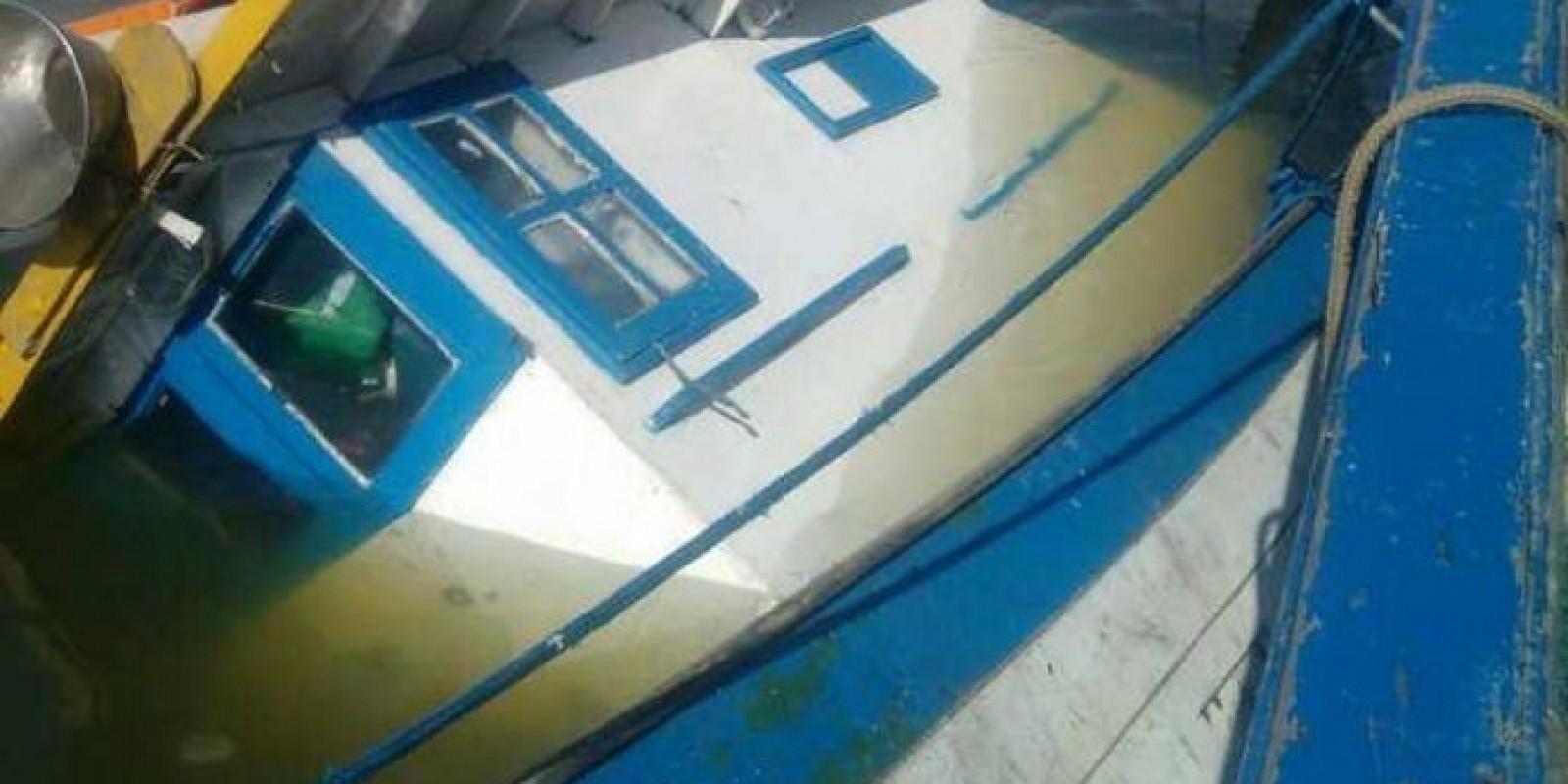 Barco pesqueiro naufraga no Porto de Laguna